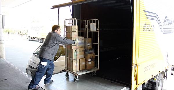 カゴ車での配送商品を積込み