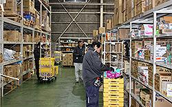 雑貨用品の集品作業