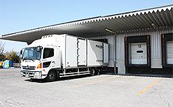 冷凍倉庫に接地した冷蔵冷凍車