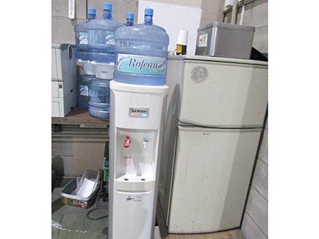 冷蔵庫とウォーターサーバーの冷い給水