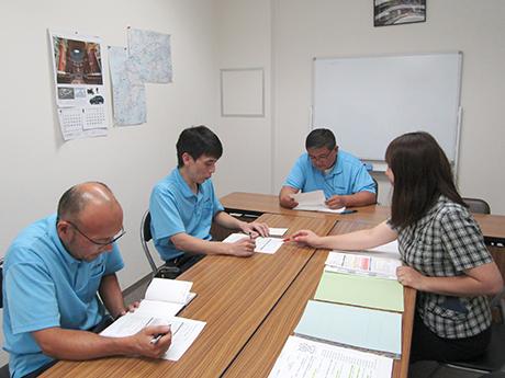 安全衛生委員会にて指導中のS衛生管理補助者