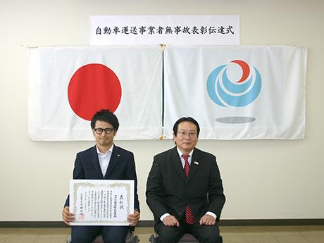 熊本運輸支局長と社長との記念写真