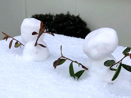 軒先に飾られただ雪だるま